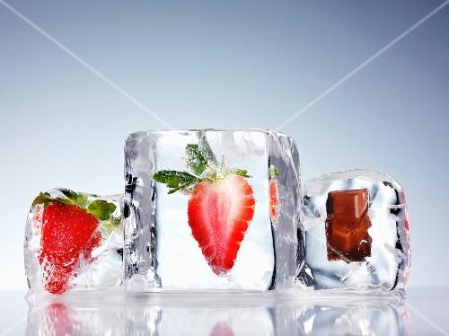 Eiswürfel mit Erdbeeren und Schokolade