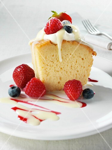Sponge cake with caramel sauce, cream and berries