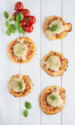Mini pizzas topped with goat's cheese and bacon