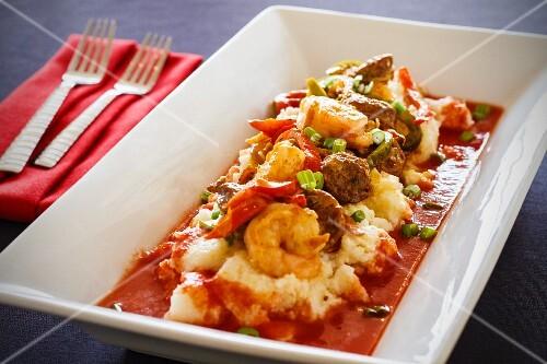 Shrimp and grits with tomato sauce (USA)