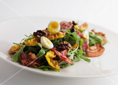 Rocket salad with crispy bacon, boiled egg and walnuts