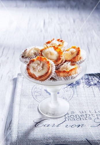 Mini tartlets with coconut, white chocolate and fenugreek seeds