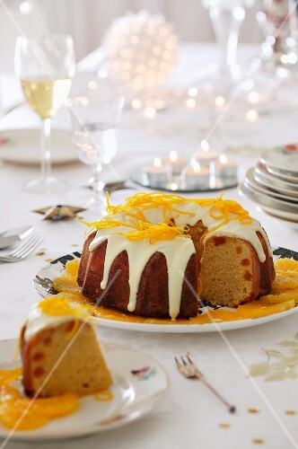 Bundt cake with icing sugar and oranges for Christmas