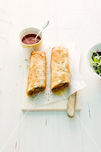 Minced meat strudel with oriental vegetables and chilli sauce