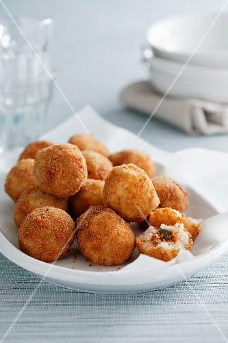 Arancini di riso (rice dumplings with a meat filling, Italy)