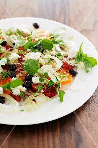 Mixed leaf salad with oranges, fennel, onions and olives
