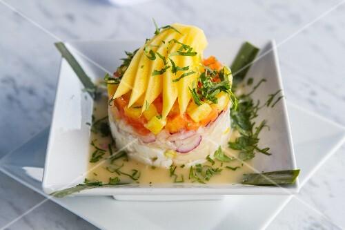 Fish tartar with onions, mango and papaya
