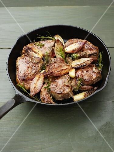 Lamb chops with rosemary, garlic and onions