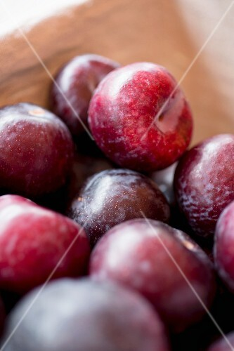 Red plums (close-up)