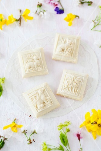 Springerle (anise biscuits with an embossed design) in a circle of flowers