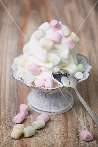 Frozen yogurt with marshmallows