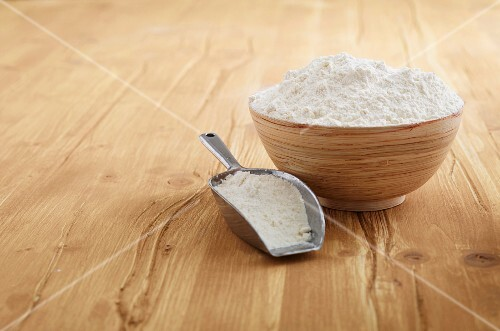 Flour in a bowl and on a scoop