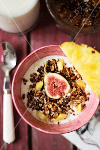 Muesli with figs, pineapple and nuts