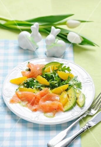 Lachs-Avocado-Salat mit Orangen und Rucola zu Ostern