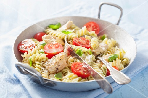 Pasta with chicken, basil pesto and tomatoes