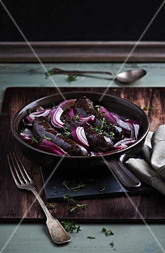 Black pudding with red onions and thyme