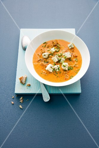 Pepper soup with minced meat and diced feta