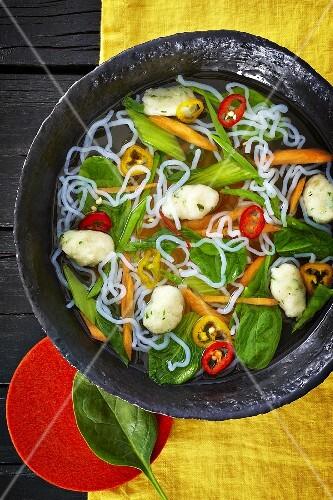 Noodle soup wit spinach, chillis, carrots and dumplings (Asia)