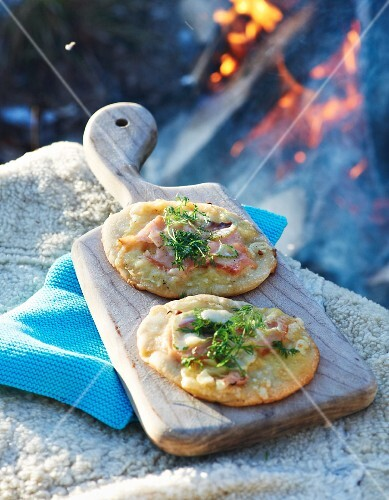 Winter pizza with salmon and fennel