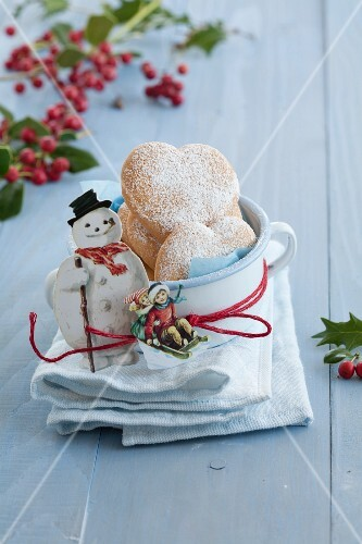 Heart-shaped Christmas biscuits with icing sugar