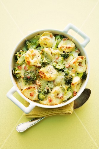 Tortellini bake with broccoli and bacon