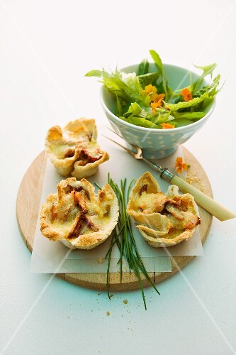 Toast tartlets with ham and dried tomatoes