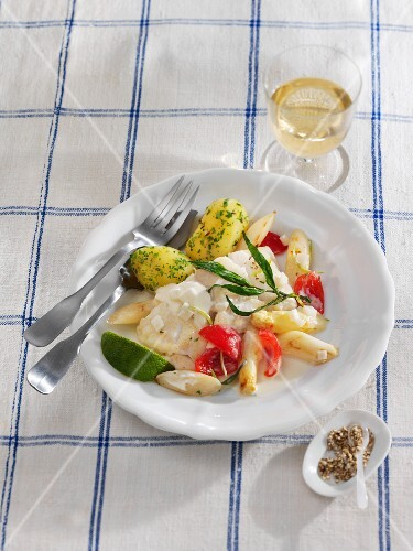 Steamed cod fillet with asparagus, tomatoes and a lime sauce