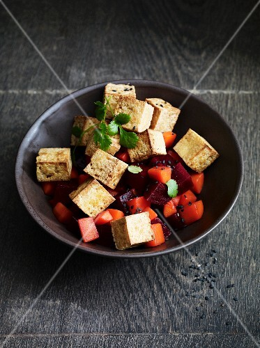 Grilled tofu with beetroot
