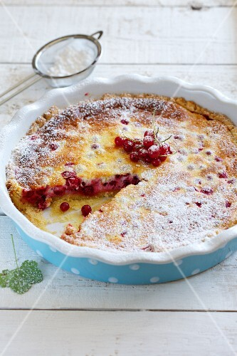Redcurrant tart with icing sugar