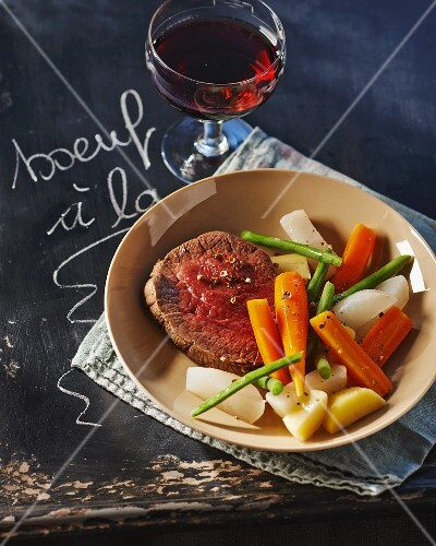 Boeuf à la ficelle (beef fillet cooked in red wine with vegetables, France)