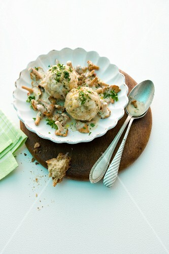 Creamy chanterelle mushrooms with bread dumplings