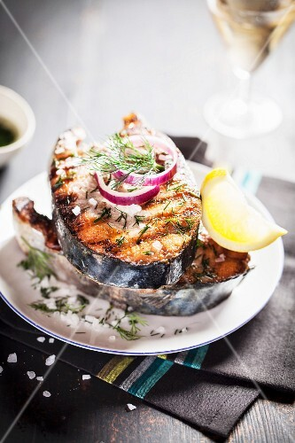 Grilled salmon steaks with red onions, salt and dill