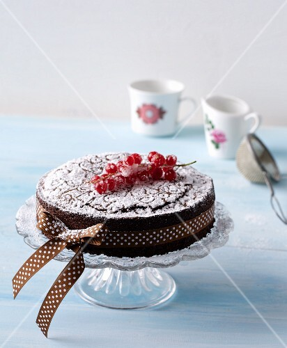 Chocolate cake with redcurrants and a bow