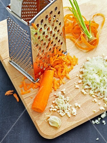 Grated carrots, diced garlic and onions (for lasagne with a meat sauce)