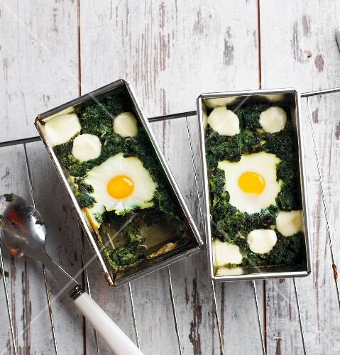 Baked eggs in a bed of spinach (low carb)