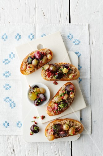Crostini with almond mousse and grapes
