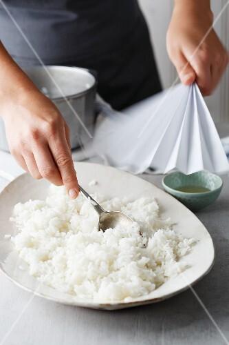 Making temaki sushi