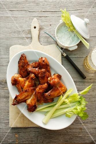 Chicken Wings mit Sellerie und Dip