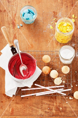 Candy melts and liquid icing sugar for cake pops