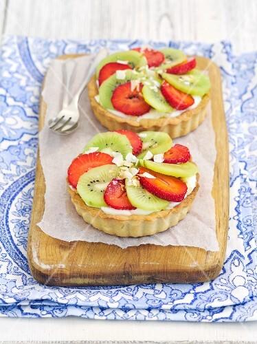 Tartlets with vanilla cream, kiwis and strawberries