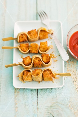 Bread and curried sausage skewers with ketchup