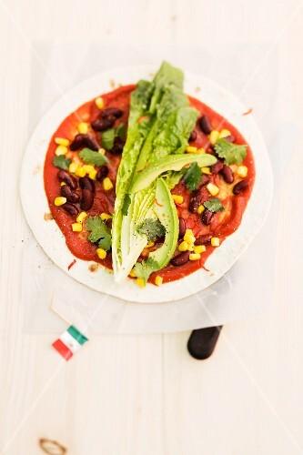 Tortilla mit Kidneybohnen, Mais und Romanasalat (Mexiko)