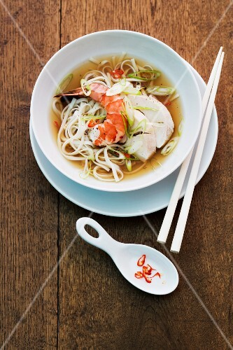 Noodle soup with prawns and chicken (Asia)