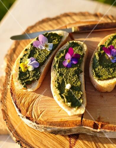 Bread with sorrel pesto and violets