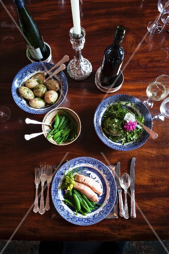 Salmon with green beans, potatoes and lettuce