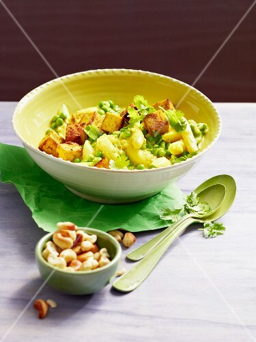 Curry with asparagus, peas and tofu