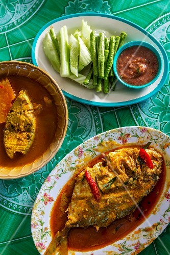 Fish curry, raw vegetables and a dip