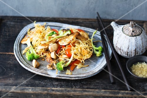 Fried oriental noodles with vegetables