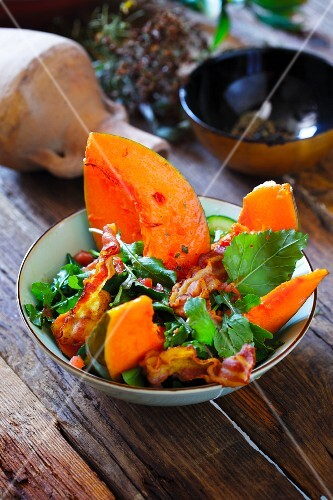 Mixed leaf salad with pumpkin and bacon