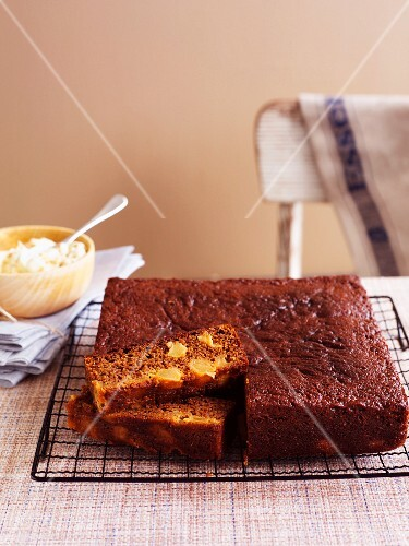 Ginger cake with pears, sliced